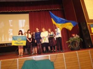 викладач історії Романова Л.О. та студенти виконують пісню групи Мандри