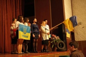 викладач історії України Романова Л.О. зі своїми студентами
